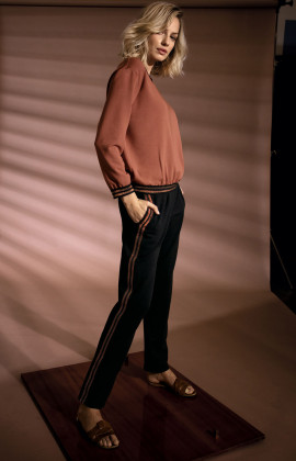 Scoop neck sweatshirt with two-tone bands. Coemi Studio