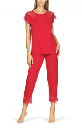 Pyjamas comprising a short-sleeve top and three-quarter length trousers with lace trim. Coemi-lingerie