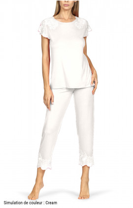 Pyjamas comprising a short-sleeve top and three-quarter length trousers with lace trim.