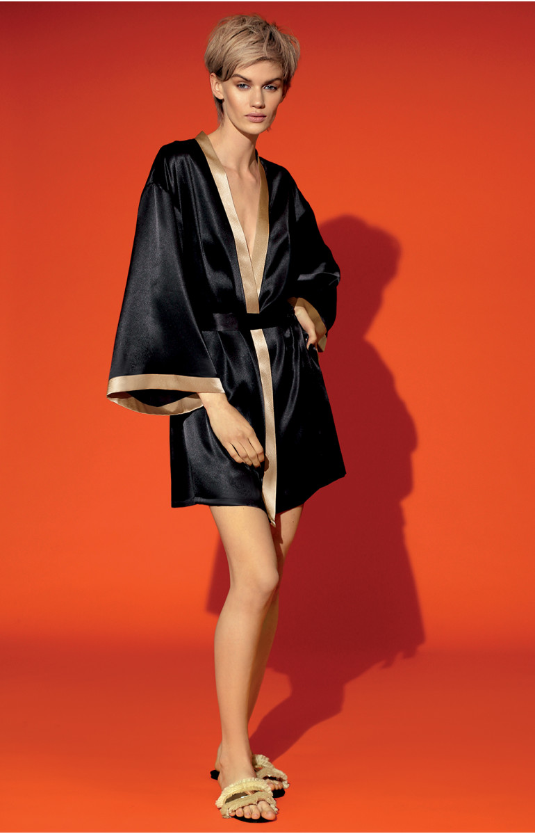 Two-tone satin kimono with loose-fitting flared three-quarter sleeves. Coemi-lingerie