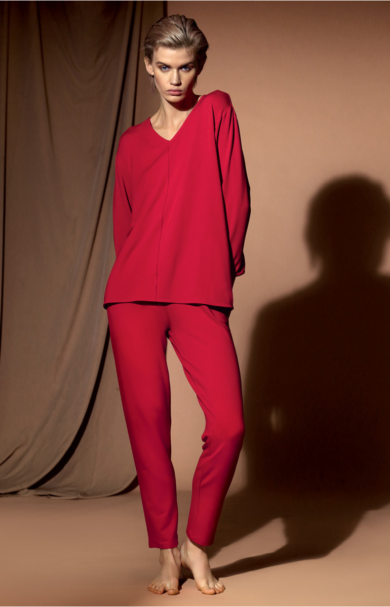 Long and loose-fitting sweatshirt with V-shaped neckline and medium sleeves. Coemi-lingerie