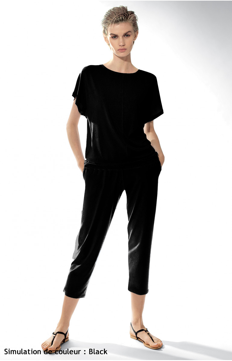 Two-piece pyjamas with short-sleeve top and three-quarter length trousers. Coemi-lingerie