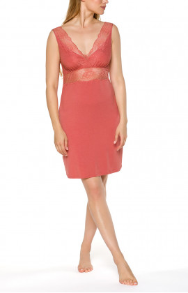 Figure-hugging sleeveless negligee with V-neck and lace